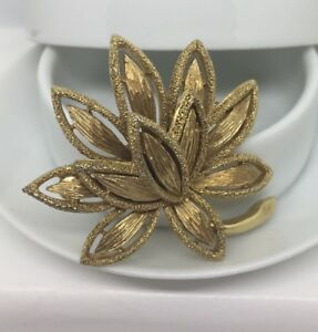 Vintage-Avon-Gold-Tone-Textured-Dimensional-Flower-Brooch-Gorgeous
