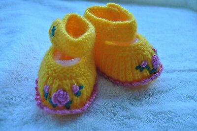 Gestrickte Baby Schuhe. Handarbeit. Erste Schuhe gelb