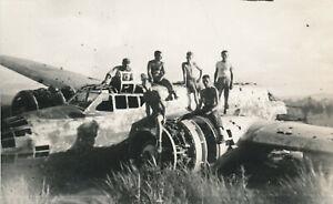 WWII-1940-039-s-USAAF-Biak-Air-Field-Photo-3-Airmen-on-wrecked-Japanese-Airplane