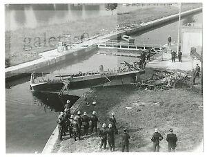 RARE-PHOTO-ORIGINALE-EXPLOSION-D-039-UN-YACHT-POMPIERS-DE-PARIS-VERS-1965