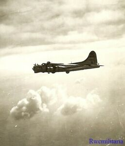 Org-Photo-Aerial-View-306th-Bomb-Group-B-17-Bomber-43-38916-on-Mission