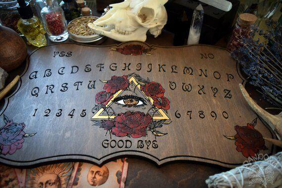 Tabla Ouija, ojo que ve todo florece