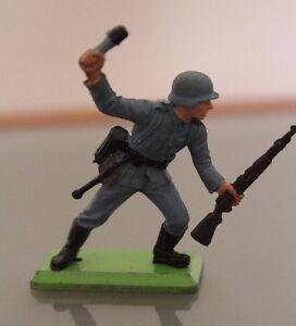 Soldat-PLASTIQUE-socle-metal-BRITAINS-au-combat-avec-grenade