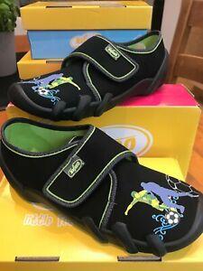 Befado-Boy-039-s-Black-Canvas-Slip-on-Pantofola-Pompa-Calcio-Motivo-antiscivolo-sz35-2-5