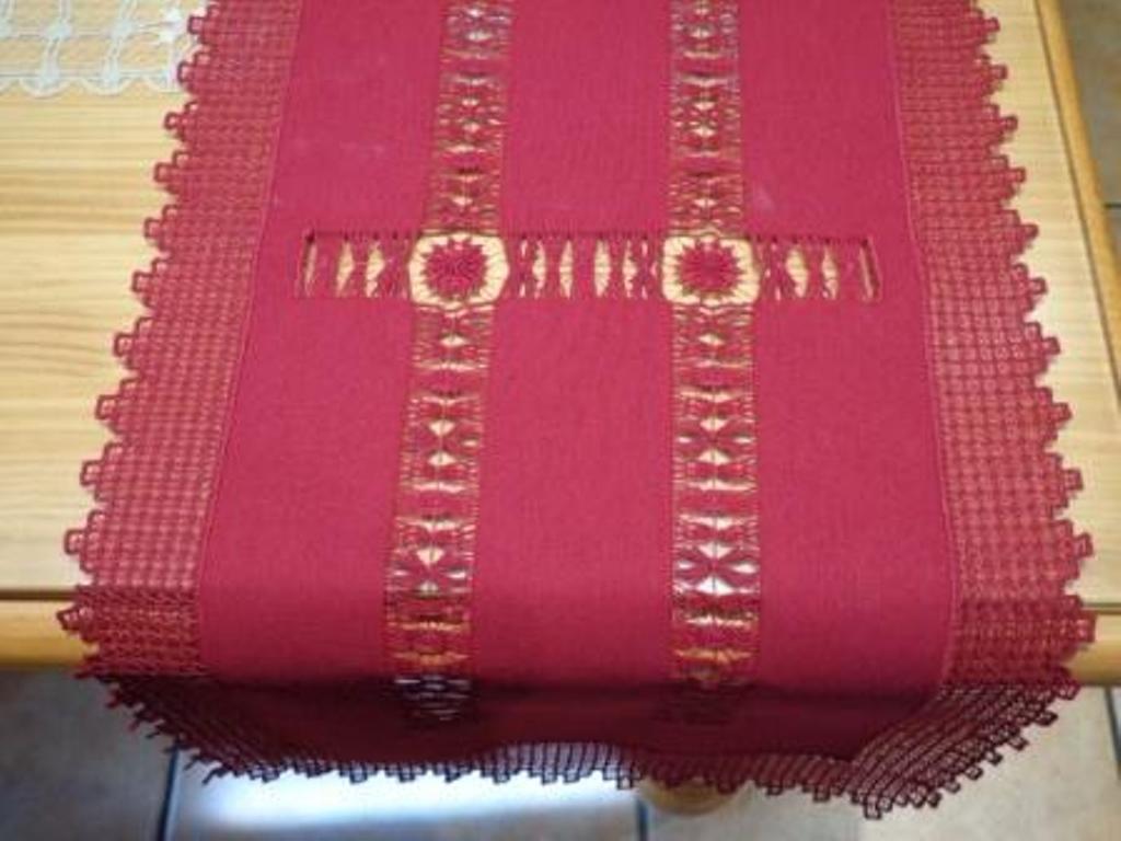 Camino de mesa bordado a mano en Couleur rouge. Regalo. Mira mis otros artículos.