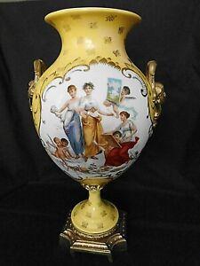 Porzellan-Vase-mit-Messingfuss-und-Henkel-wohl-Frankreich-H-ca-34-cm-um-1900