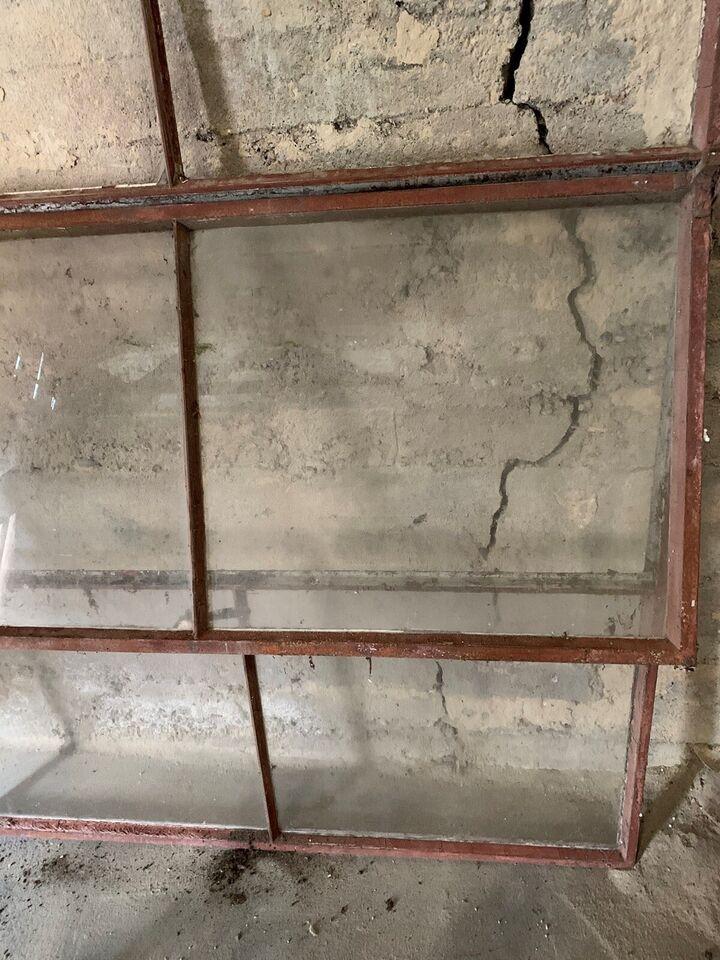 Andet vindue, jern, b: 145 h: 190