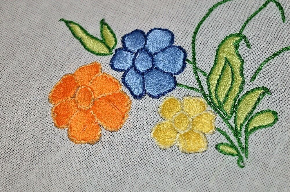 THE FLOWERS POP WITH Couleur  VINTAGE GERMAN HAND EMBROIDErouge SPRING TABLECLOTH