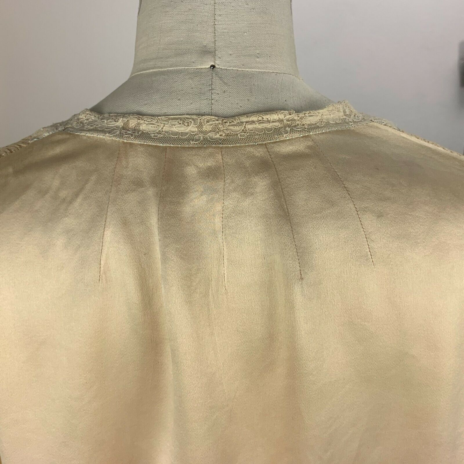1930s rich silk bed jacket - image 6