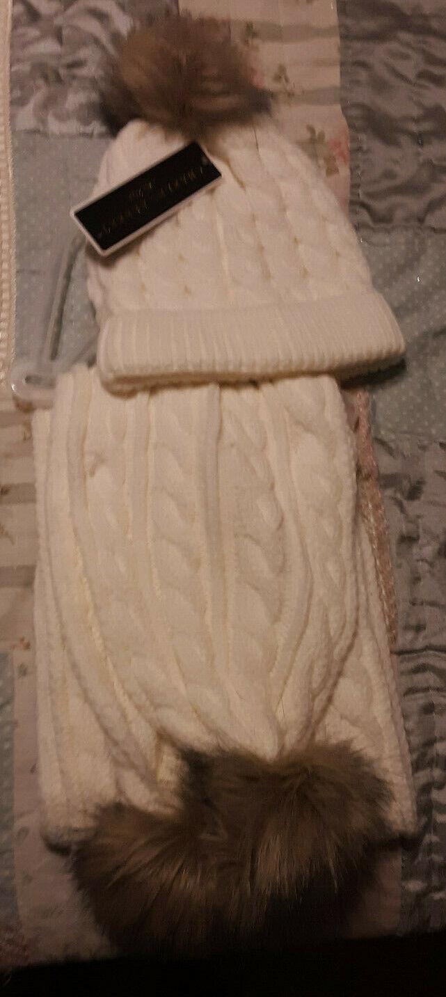 Charles Albert New York Beige Cable De Punto Bufanda De y Sombrero Conjunto Con Pompones de piel sintética