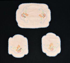 Vtg-3-Pc-Butterfly-Embroidered-Pink-Linen-Blue-Crochet-Doily-Dresser-Chair-Set