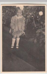 F20206-Orig-Foto-Maedchen-im-Garten-1940er