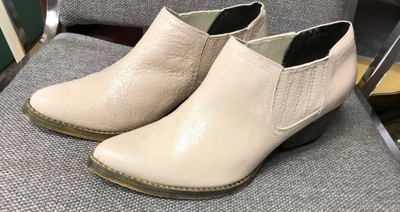 VERY VOLATILE Los Angeles ANKLE BOOTIE IN CLASSIC BEIGE NWOT Size 8 1 2