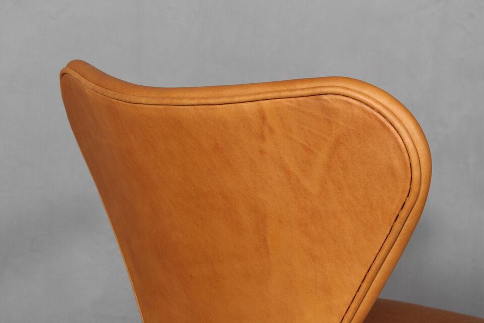 Arne Jacobsen. Armstole 'Syveren', model 3207