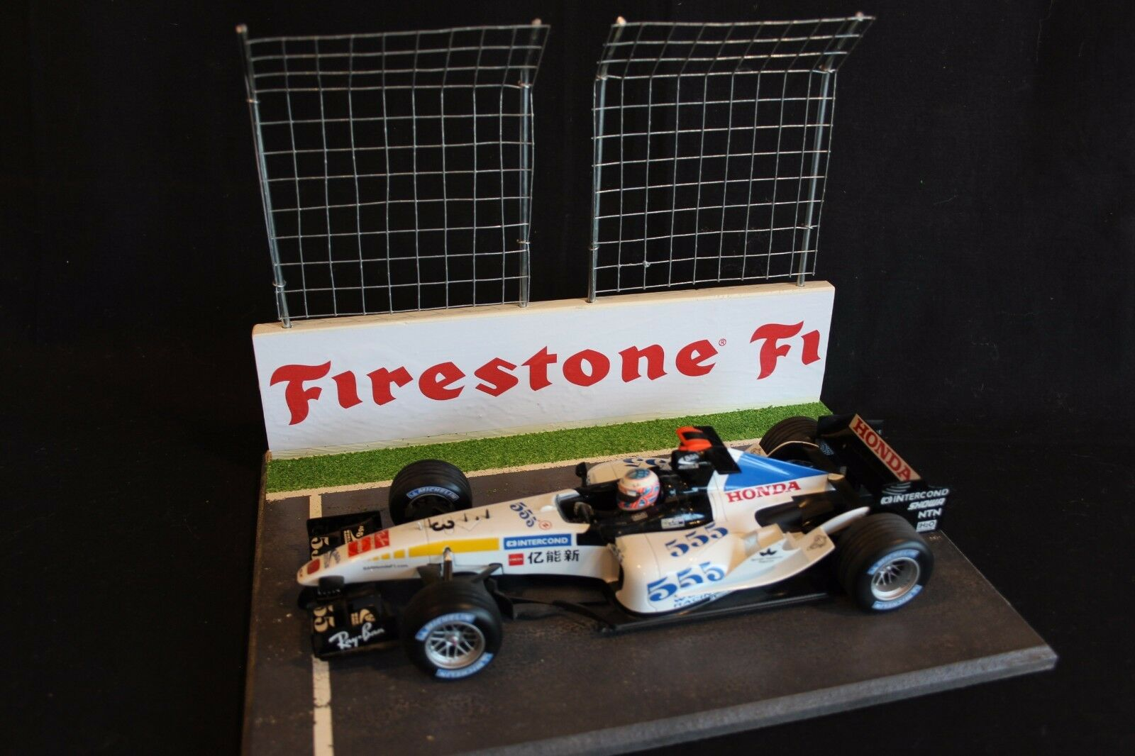 QSP Diorama 1:18 Starting grid with wall and 2 high fences  Firestone  bianca