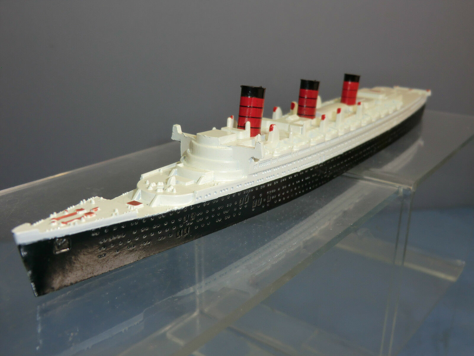 VINTAGE TRIANG MINIC SHIPS MODEL No.M703 RMS  QUEEN MARY