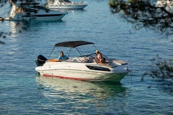 Bayliner VR6 OB Cuddy, Motorbåd, skrog: glasfiber