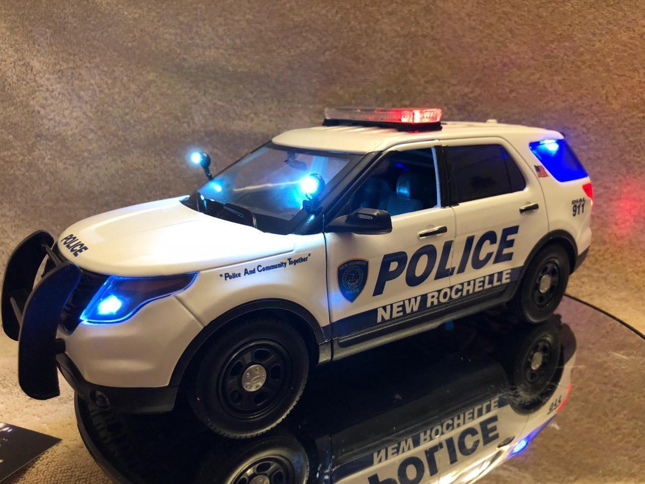 1 18  Scale nouveau ROCHELLE nouveau York Police FD VÉHICULE UTILITAIRE SPORT UT MODEL with Working lumières et sirène  sortie de vente pas cher en ligne