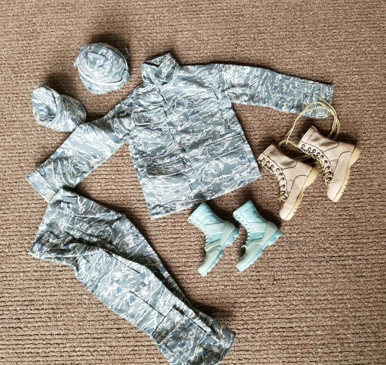 1/6 US AIRFORCE UNIFORM LOT FROM BANDIT JOES. 2 SETS A stivali, HELMET, SOFT CAP.