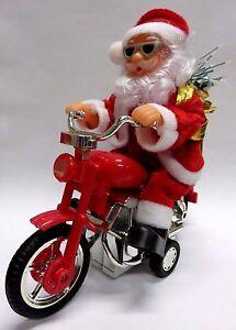 lustiger weihnachtsmann f hrt auf seinem motorrad mit. Black Bedroom Furniture Sets. Home Design Ideas