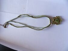 PRETTY PERIDOT GREEN & GOLD TONE CRYSTAL SET FLOWER PENDANT  GREEN THONG 434-39