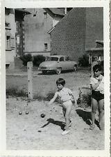 PHOTO ANCIENNE - VINTAGE SNAPSHOT - ENFANT JEU PÉTANQUE VOITURE PANHARD - CHILD