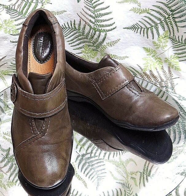 CLARKS BROWN LEATHER LOAFERS SLIP ONS MOCS CASUAL DRESS WORK SHOES WOMENS SZ 6 M