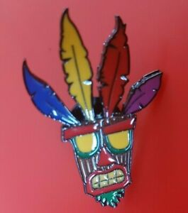 Crash-Bandicoot-Pin-Aku-Aku-Mask-Enamel-Retro-Gaming-Metal-Brooch-Badge-Lapel
