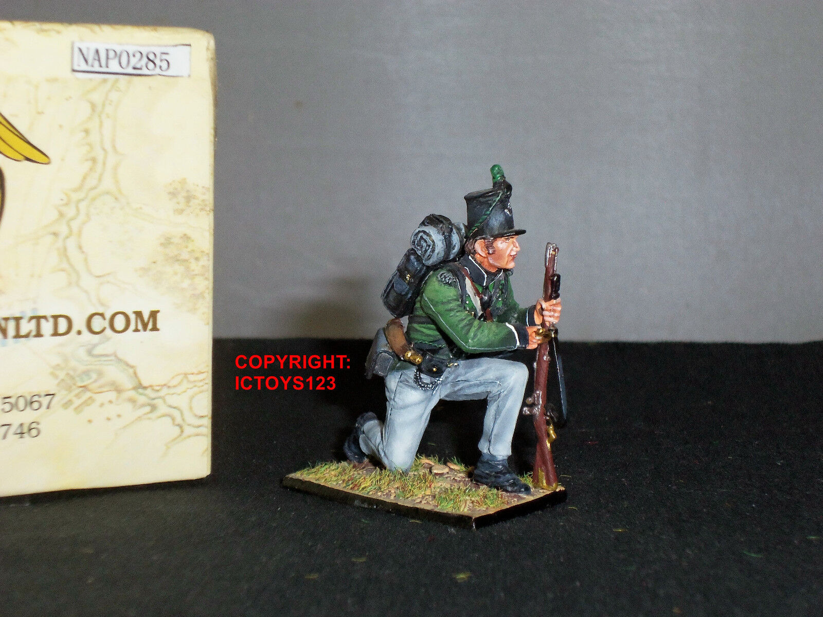 FIRST LEGION NAP0285 BRITISH 95TH RIFLES KNEELING WITHDRAWING BAYONET SOLDIER
