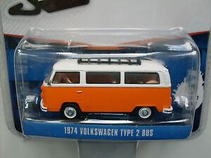 1974-Volkswagen-T2-Bus-orange-mit-weisem-Dach-Greenlight-1-64
