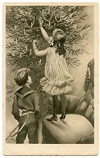 DECORATION DU  SAPIN DE NOEL.ENFANTS.ECORATING THE CHRISTMAS TREE.CHILDREN.