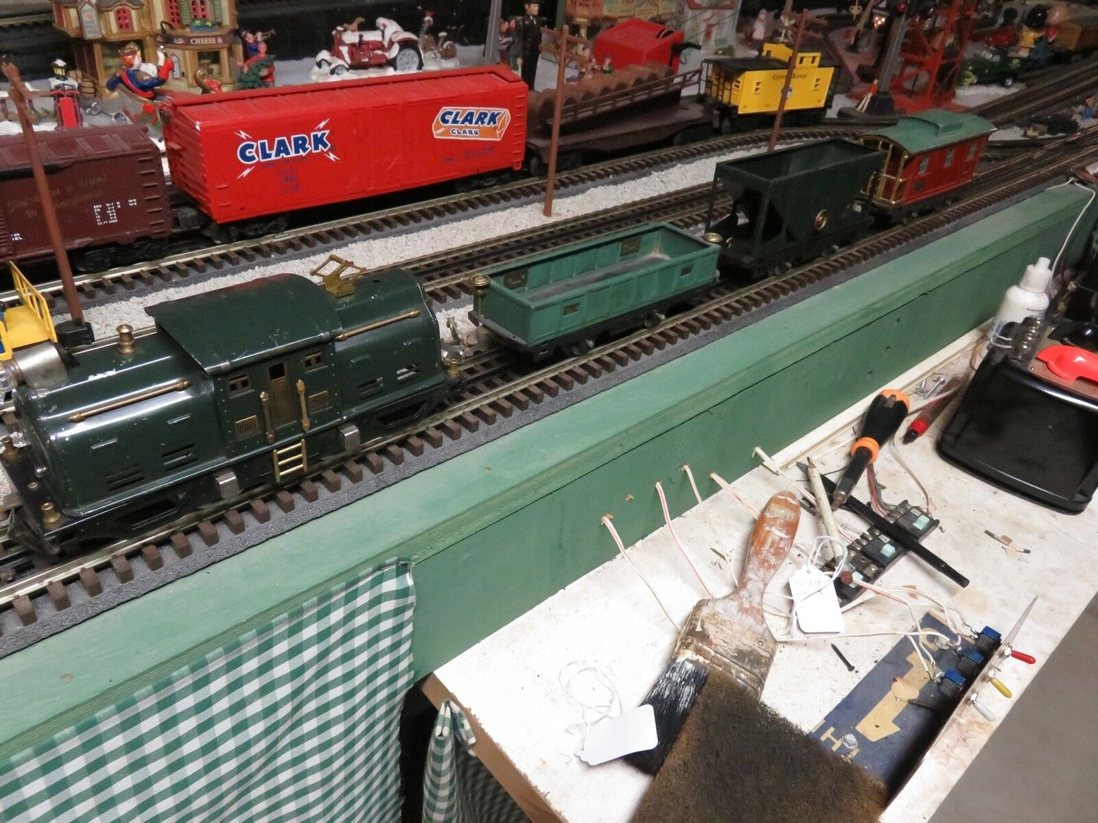 LIONEL FREIGHT TRAIN SET FROM LATE 20'S   WITH 250 ENGINE