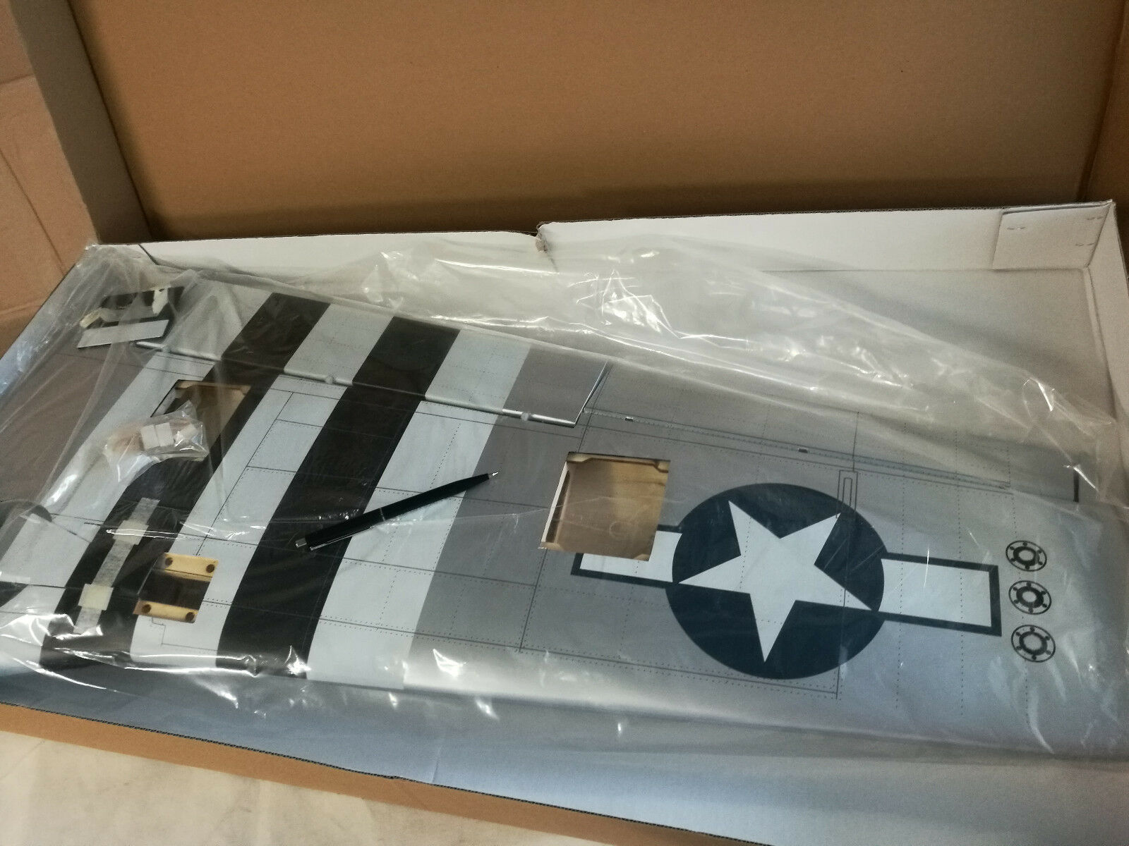 HANGAR 9  HAN24204  AILE  DROITE  DE  P-51  60ARF  blueE  NOSE