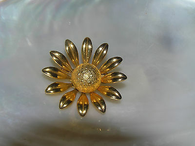 Estate Small Goldtone Daisy Flower with Bump Bead Ball Center Pin Brooch –
