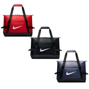 d33b8f4275d06 Das Bild wird geladen NIKE-Sporttasche-Academy-Fitness-Club-Team-Duffel -Small-
