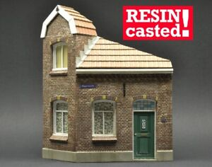 DioDump-DD073-Dutch-corner-house-Oosterbeek-1-35-scale-RESIN-diorama-model