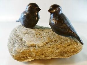 Dompfaffpaar-Voegel-aus-Bronze-oder-Kupfer-auf-Flussstein-montiert