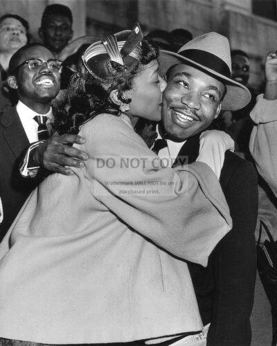 ZY-806 MARTIN LUTHER KING JR /& WIFE CORETTA SCOTT KING IN 1956-8X10 PHOTO