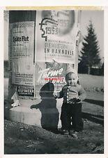 Foto, Kind vor einer Litfaßsäule, 1953 (1612)1