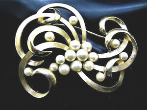 VINTAGE-SIGNED-TRIFARI-GOLDTONE-SWIRL-FAUX-PEARLS-BROOCH-PIN-W8