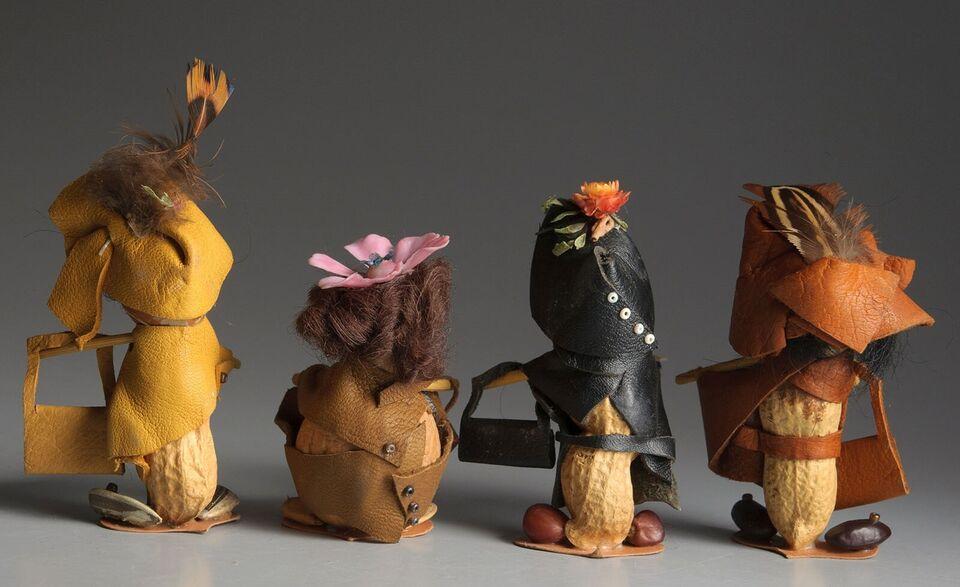 Træfigurer, Otte figurer lavet af nødder