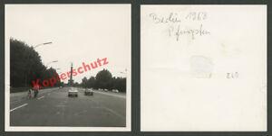 West-Berlin-Strase-des-17-Juni-Siegessaule-Radfahrer-Autos-Opel-Kadett-B-1968