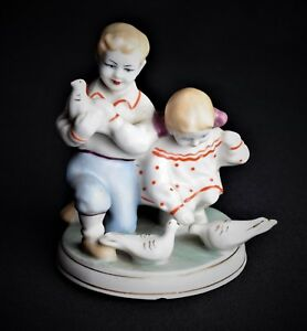 Russische-Porzellanfigur-Kinder-mit-Tauben-Porzellan-Russland