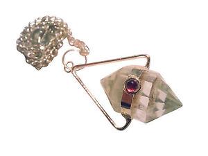 Doppelt-spitzes-Bergkristall-Pendel-mit-Granat-Auge-und-eckigem-Buegel