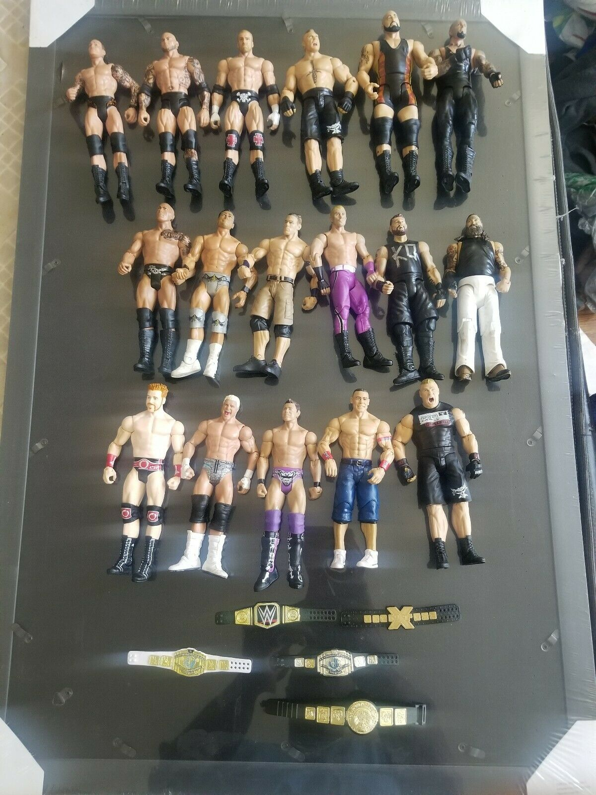 Mattel WWE lot of 17 basic  action figures wit 5 belts good condition  qualité fantastique
