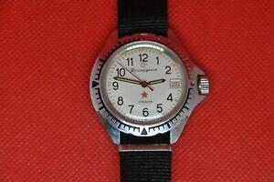 Vintage-Militaer-Sowjetische-Armbanduhr-Komandirskie-Zakaz-MO-USSR-Vostok-weisses-Zifferblatt-2414a