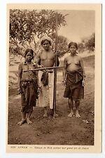 INDOCHINE ANNAM groupe de mois portant leur arc de chasse nus ethnies