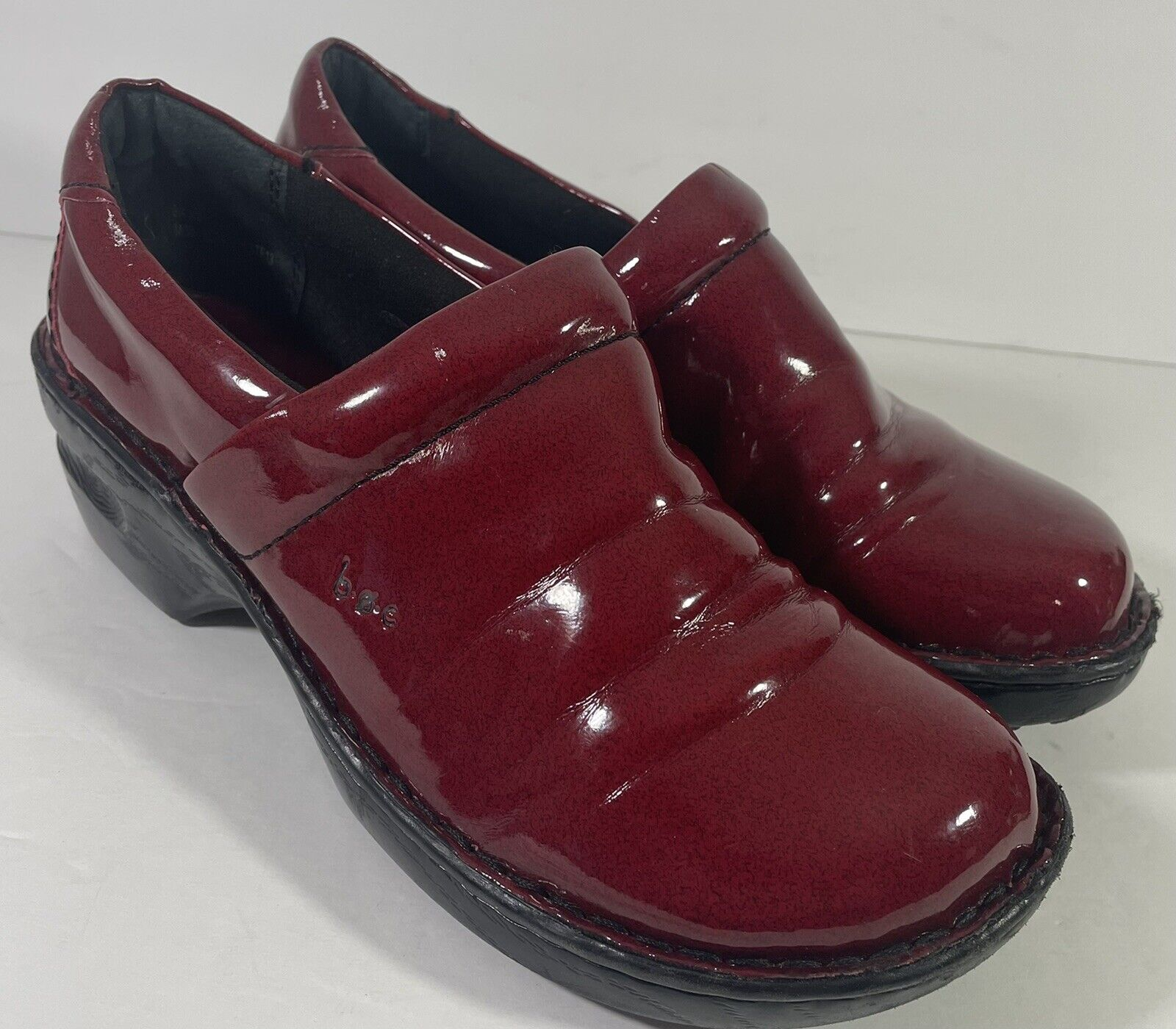 Born BOC Womens Red Faux Patent Leather Clogs Slip On Shoes Comfort Size 9