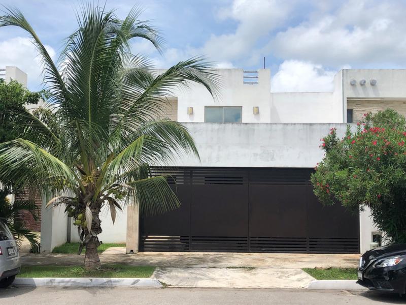 Residencia en venta en Las Americas sobre Avenida