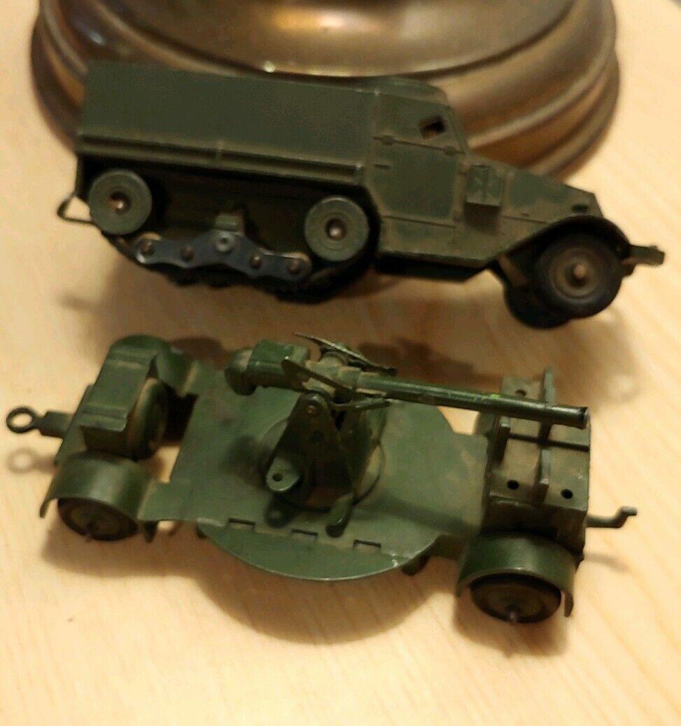 Ametralladoras, remolques y camiones militares de los años 40.
